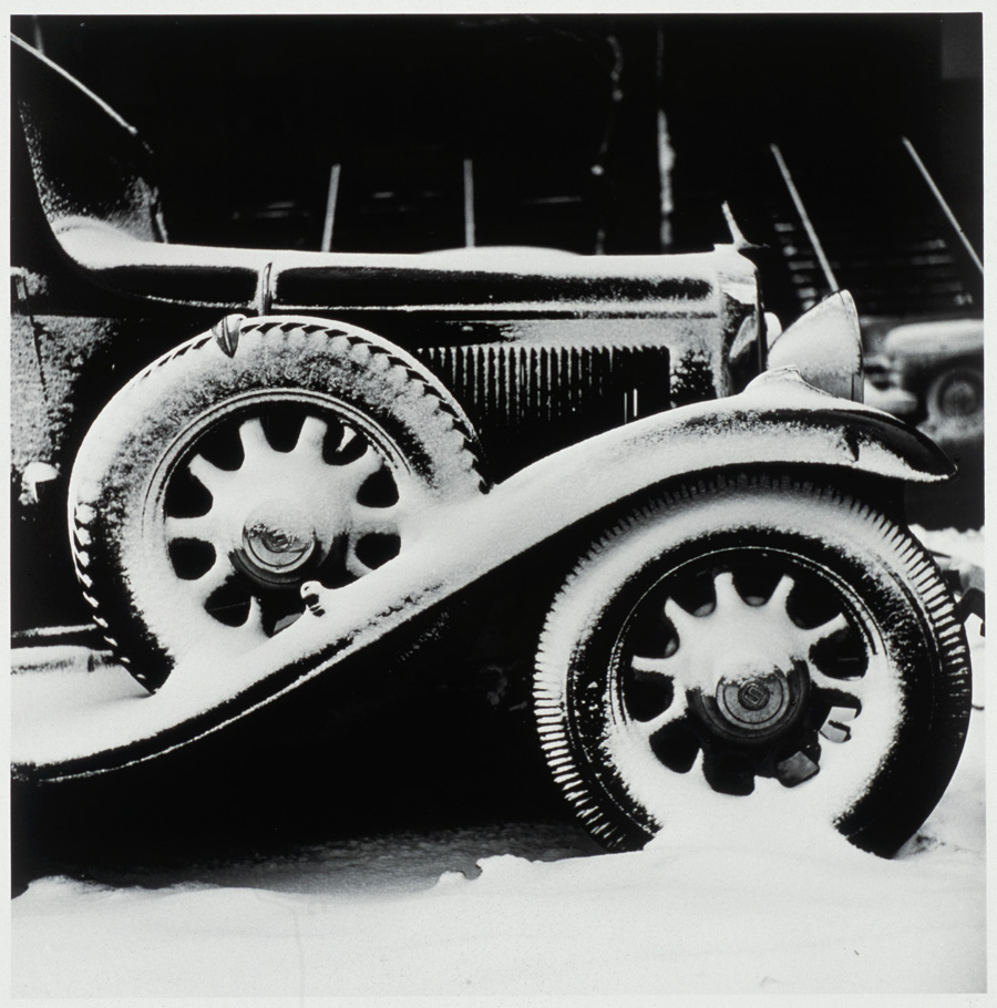 《シカゴ 雪と車》1950年頃 ©高知県,石元泰博フォトセンター
